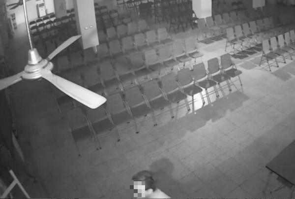 豐原鎮清宮監視器拍到張瀚壬(下方)曾進入廟內。(記者歐素美翻攝)