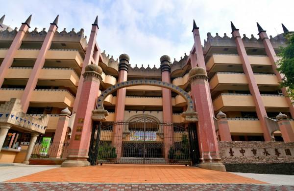 永春國小校舍造型以城堡打造,成台中知名「城堡小學」。(永春國小提供)