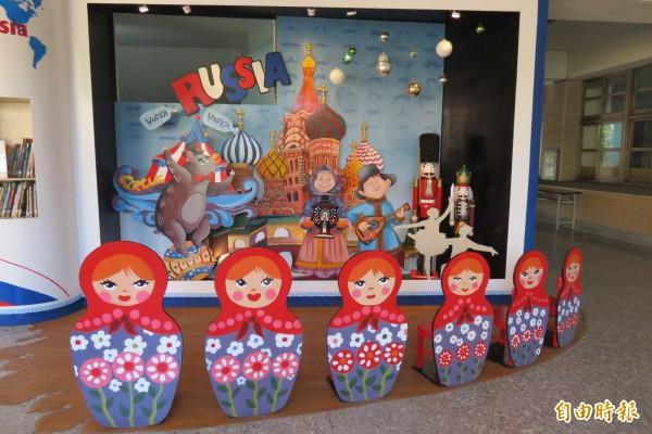 2樓的俄羅斯風城堡區,連座椅都是俄羅斯娃娃設計。(記者蘇孟娟攝)