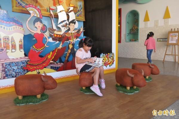 3樓的西班牙區連座椅都是可愛的小鬥牛設計。(記者蘇孟娟攝)