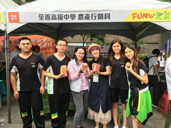 至善高中農產行銷科師生組隊參訪日本學習農業及行銷,圖左3為青年事務局局長顏蔚慈。(至善高中提供)