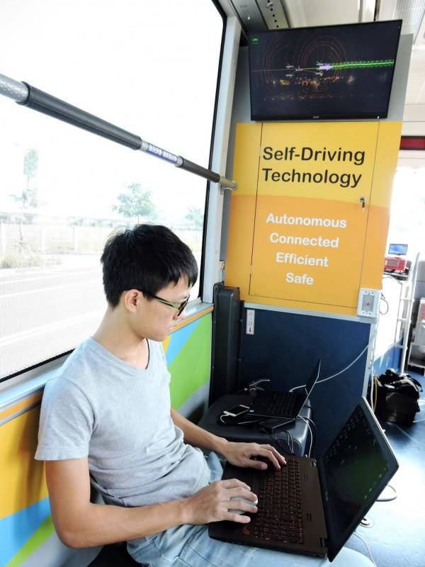 測試人員全程監控自動駕駛公車行駛狀況。(交通局提供)