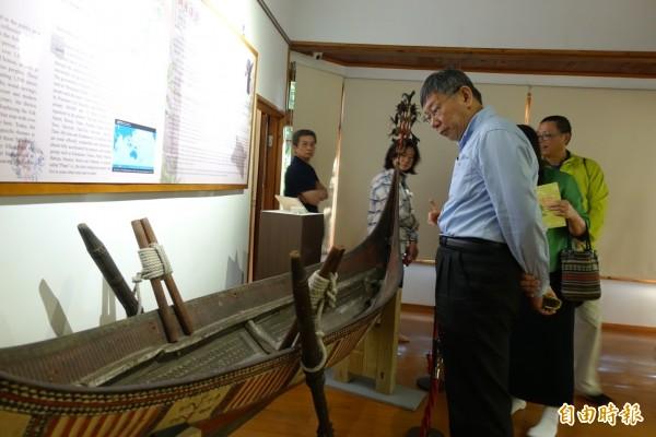 柯文哲傍晚到北投文物館與婦聯會主委雷倩對談,會前參觀館內文物。(記者沈佩瑤攝)