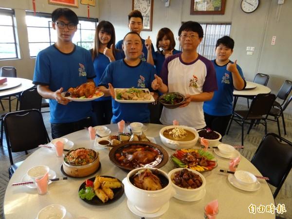 大廚老闆莊民康(前排中者)帶領的八六山雞城雞美食服務團隊。(記者王俊忠攝)