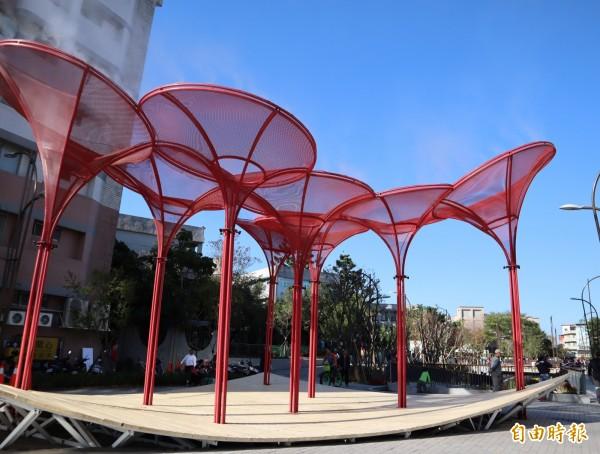 葫蘆墩圳旁的公共藝術,也是小朋友遊玩的空間。(記者歐素美攝)