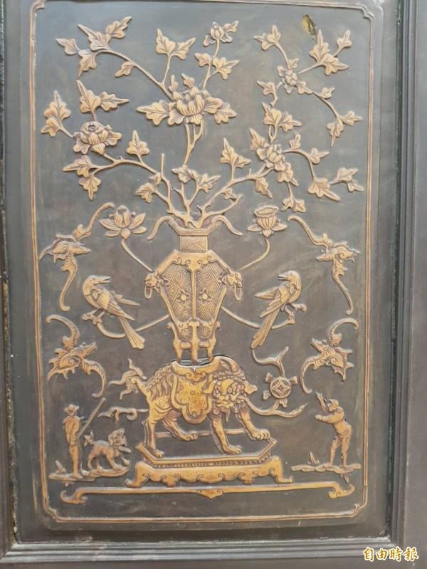 「茄苳入石柳」,浮雕是以另一種木頭鑲嵌入茄苳木中,工藝極盡精巧。(記者鄭旭凱攝)