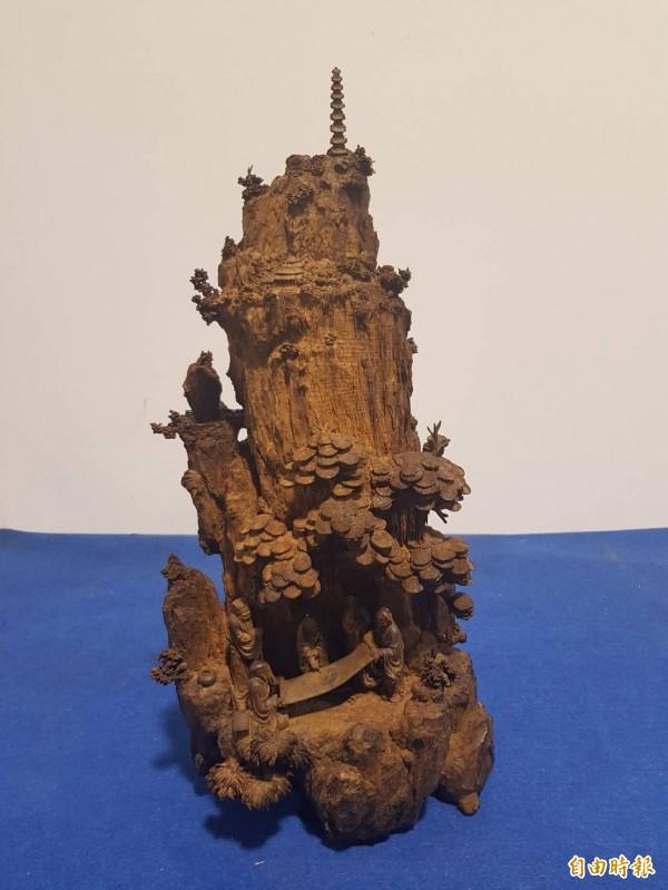 珍貴精緻的沈香木雕。(記者鄭旭凱攝)