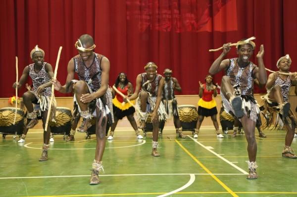 辛巴威Umkhathi劇團為豐洲國小帶來精彩的非洲舞蹈。(市府提供)