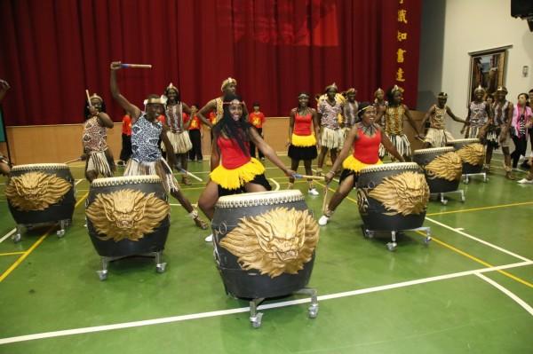 辛巴威Umkhathi劇團成員也來學習豐洲國小的戰鼓。(市府提供)