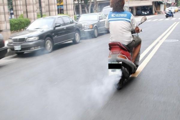 二行程機車排放的碳氫化合物是四行程機車的20倍,一氧化碳則約為四行程機車的2倍。(記者陳文嬋翻攝)