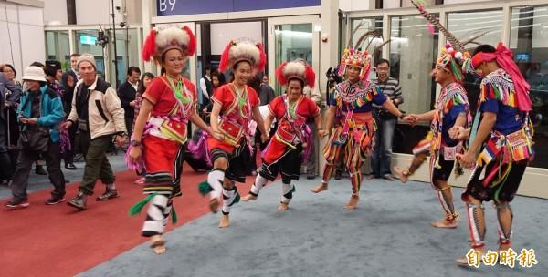 睽違13年的紐西蘭航空,今天今天晚間再度重返台灣的天,桃園機場以原住民組成的舞蹈團在空橋門口以舞蹈迎接下機旅客,旅客也興奮的拿出手機拍照記錄這歷史的一刻。(記者姚介修攝)
