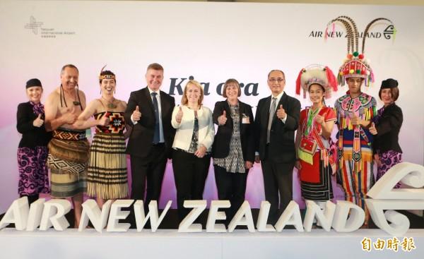首航慶祝儀式紐西蘭航空則以紐西蘭原住民毛利人組成的舞蹈團表演傳統舞蹈進行雙方文化交融,貴賓也在舞臺上合影留念。(記者姚介修攝)