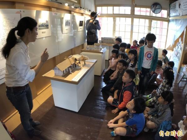 青島玖柒講述眷村的故事。(記者羅欣貞攝)