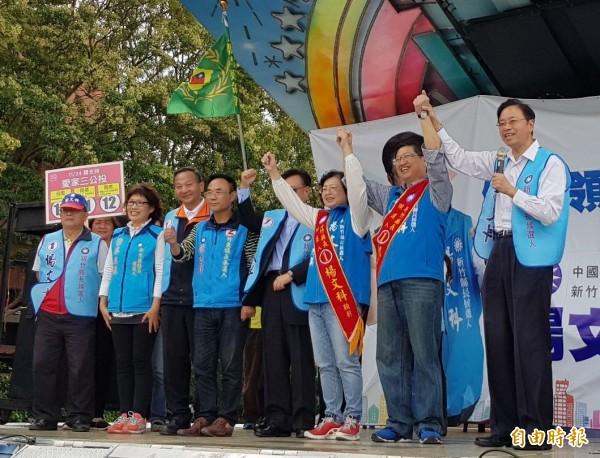 国民党新竹县长候选人杨文科(右二)今天成立退休军警消公教后援会,前行政院长张善政(右一)为他站台造势。(记者蔡孟尚摄)