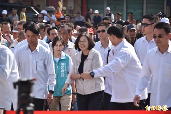 總統蔡英文上午在旗山天后宮參拜時宣布,高雄將成為新南向政策基地,和國防科技發展的重鎮。(記者蘇福男攝)