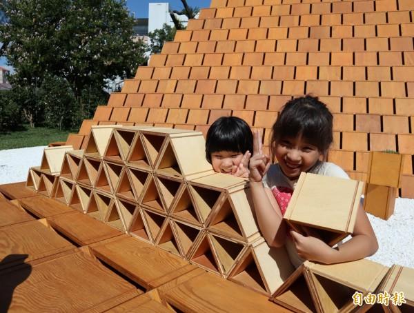 小朋友在台開積木館前的小積木區玩得開心,笑說「積木真的很好玩」。(記者歐素美攝)