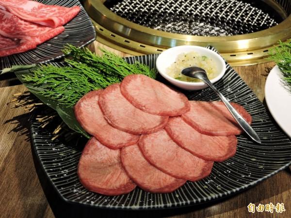 牛舌燒烤後可包上鹽蔥食用。(記者張菁雅攝)