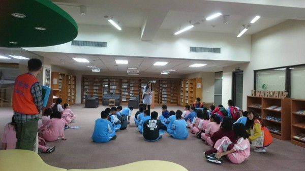 國立聯合大學國鼎圖書館日前舉辦2天1夜「圖Night 與書同眠」夜宿圖書館活動,結合閱讀與營隊形式,讓國中生與書香同眠,創造另類的閱讀樂趣。(圖由聯合大學提供)
