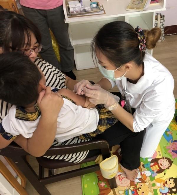 大同醫院主動出擊為弱勢兒童施打流感疫苗。(大同醫院提供)