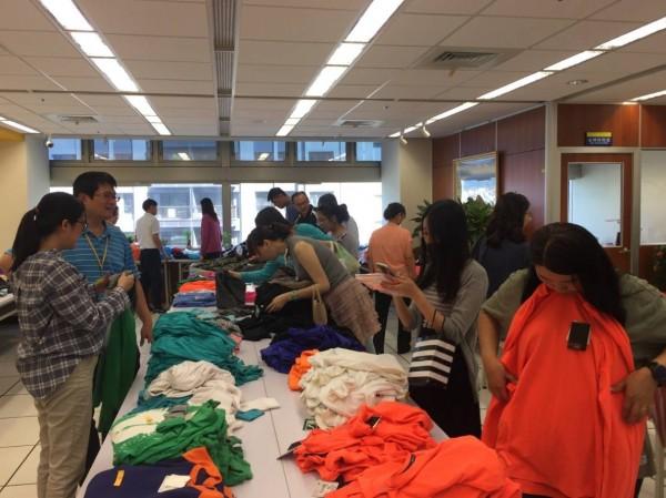 法務部行政執行署新北分署舉辦服飾拍賣,吸引不少民眾到場搶購。(行政執行署新北分署提供)