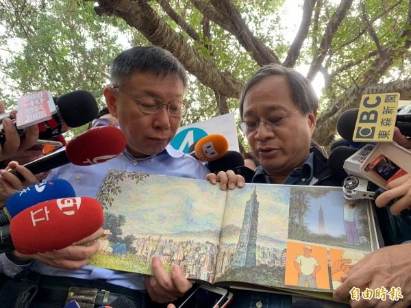 小野今早也送柯文哲1本由旅美繪本畫家呂游銘創作的「時光寫生」,內容畫出台北市的歷史景點。(記者沈佩瑤攝)