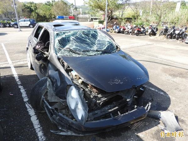 肇事車禍被警方拖回交通分隊,幾成一堆廢鐵。(記者佟振國攝)
