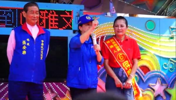 中华统一促进党总裁张安乐为何丽莉站台。(记者陈彦廷翻摄)