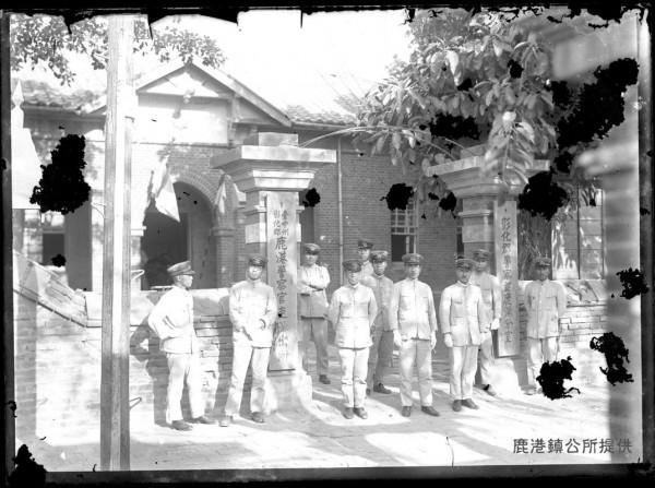 鹿港鎮公所「玻璃底片」,沖洗出來的鹿港警察官吏派出所老照片。(鹿港鎮公所提供)