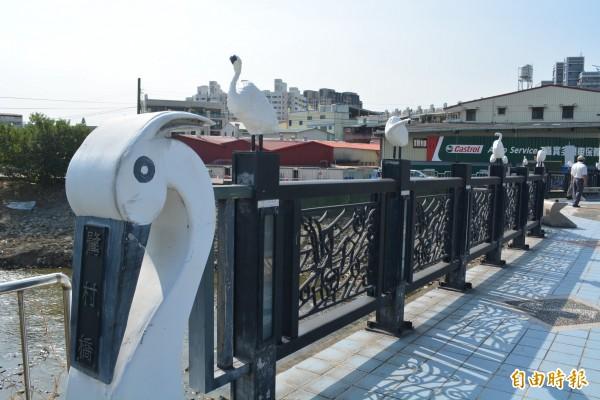 大明里長黃顯堂帶著居民共同創作28隻白鷺鷥,上月3日重新裝上鷺村橋護欄,讓橋梁恢復過去美景。(記者陳建志攝)