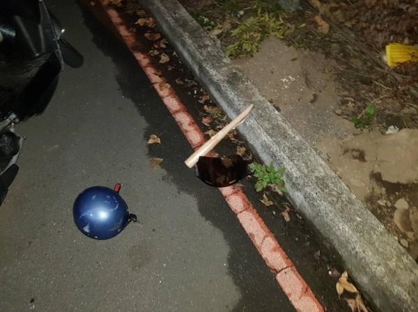 警方於現場發現斷裂的球棒。(記者陳薏云翻攝)