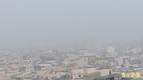 台南上午在霾夾擊下,天空一片霧茫茫,能見度不佳。(記者蔡文居攝)