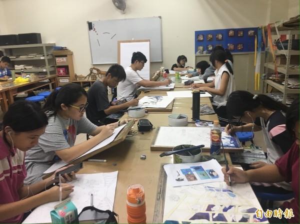 台中市龍津高中美術班表現優異,高一、高二生有多名將代表台中市參加全國學生美術比賽(記者蘇金鳳攝)