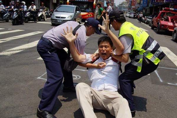 政大地政系教授徐世榮(中),參與苗栗大埔等多起土地正義事件。(取自臉書)