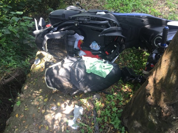 今年9月1名男大生於139線20公里處連人帶車撞路樹車毀人重傷。(記者湯世名翻攝)