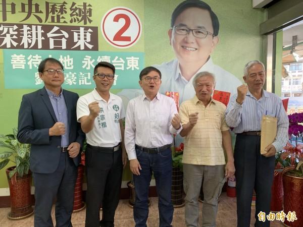 劉櫂豪(中)強調,當選縣長後,將暫停知本光電案,與在地民衆溝通未來。(記者張存薇攝)