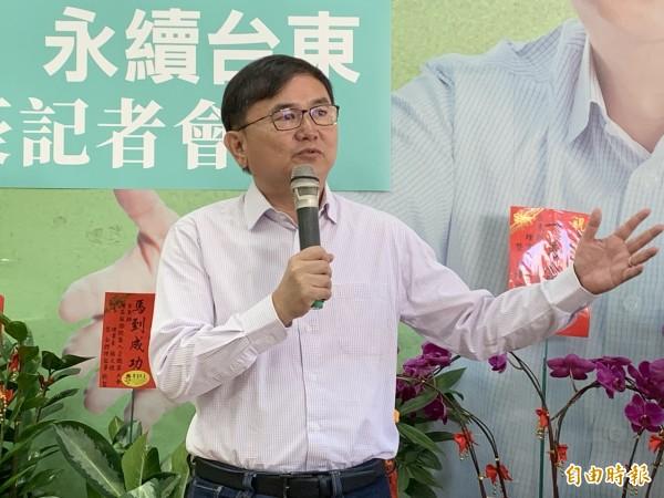 劉櫂豪(中)表示,當選縣長後,將暫停知本光電案開發,重新與在地民衆溝通未來。(記者張存薇攝)