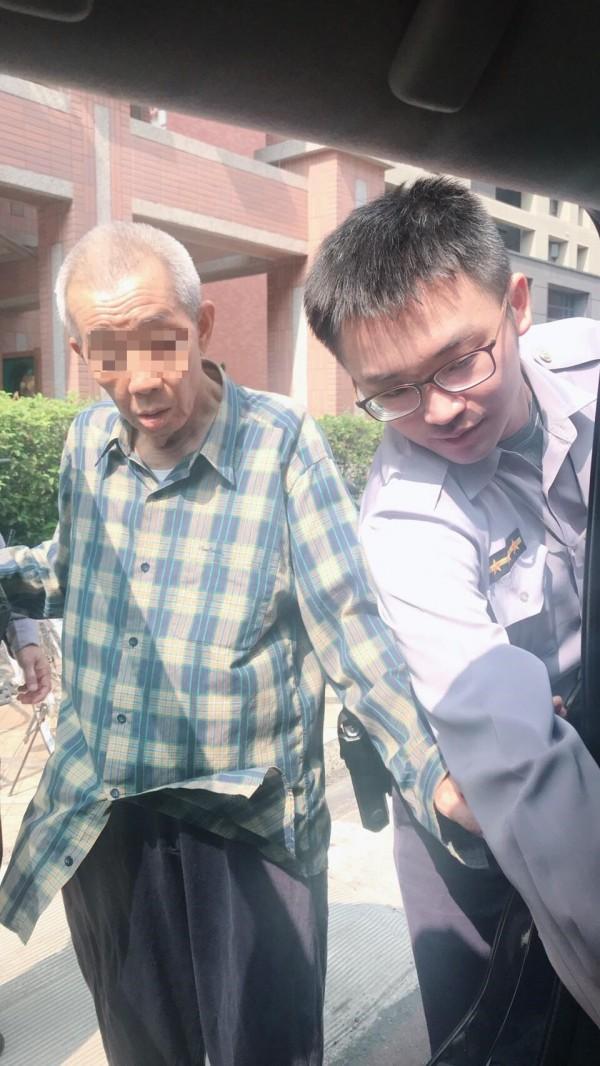 警員李明欣(右)送老翁(左)返家。(記者洪定宏翻攝)