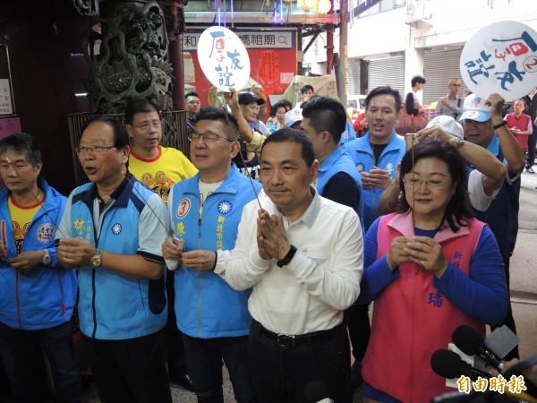 藍營連斐璠(右一)與陳鴻源(右三)宣布共同配票,力拚2席全上。(記者翁聿煌攝)