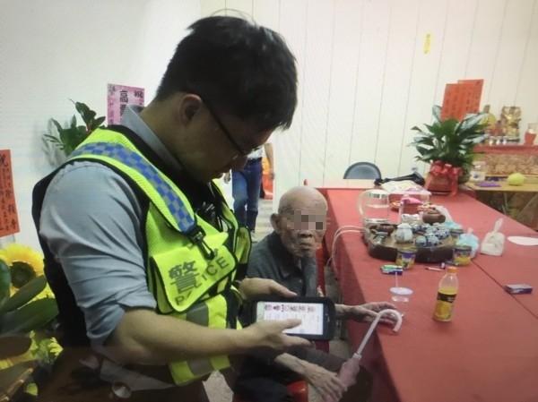 警方協助盧姓老翁(右)平安返家。(記者周敏鴻翻攝)
