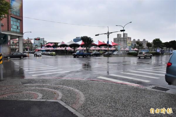 民進黨宜蘭縣長候選人陳歐珀,今晚將在羅東後火車站前廣場舉辦造勢晚會,與林姿妙競總隔十字路口相望。(記者張議晨攝)