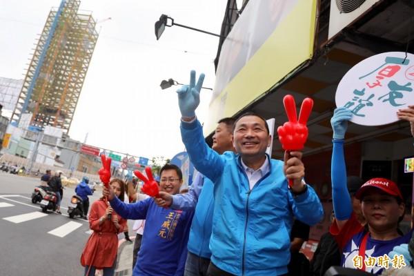 國民黨新北市長候選人侯友宜今起發動「百街街口拜票」,第1站就到三重橋頭跟通勤族們揮手。(記者葉冠妤攝)