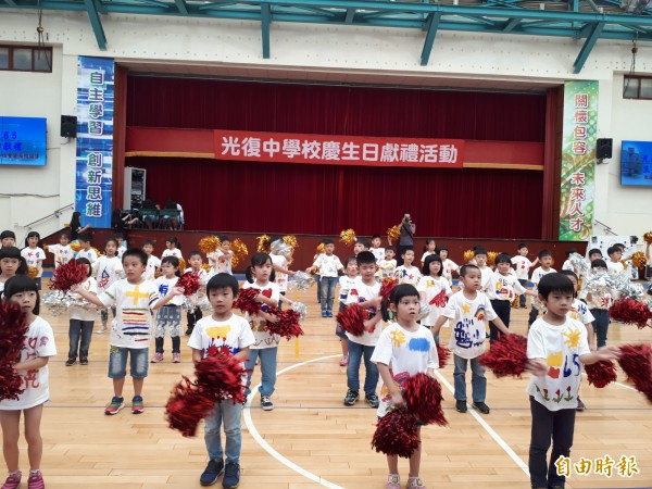 新竹市光復中學慶祝65週年校慶,學校各科學生包括幼兒園小朋友都以精采表演來祝賀。(記者洪美秀攝)