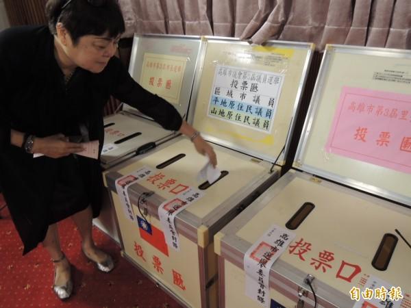 投票前模擬選舉投入票匭。(記者蔡清華攝)