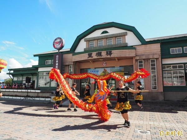 關山婦女以舞龍舞獅表演活動,為打卡點揭幕添熱鬧氣氛。(記者王秀亭攝)