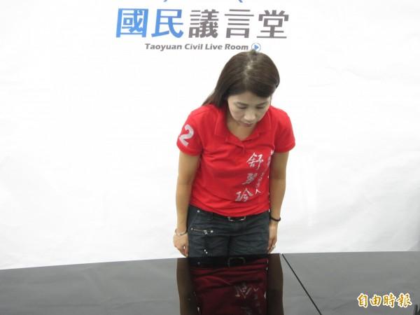 國民黨桃園市議員舒翠玲為會議向公務員發飆,公開鞠躬道歉。(記者謝武雄攝)
