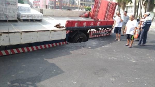 大卡車車輪誤陷側溝意外。(南市工務局提供)
