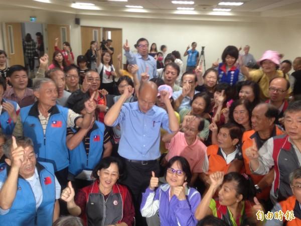 韓國瑜聽取勞工市政建議。(記者黃旭磊攝)