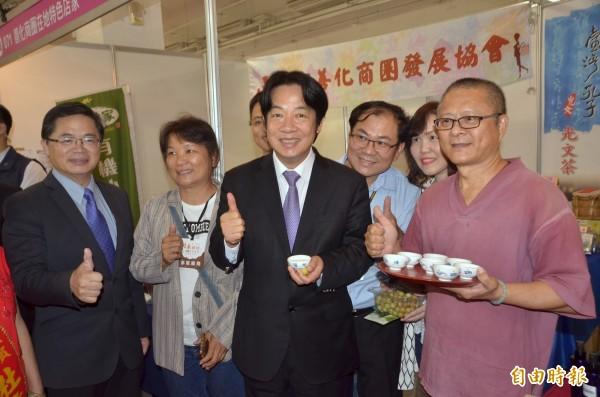 行政院長賴清德(前排右2)巡視會場,受到業者歡迎。(記者吳俊鋒攝)