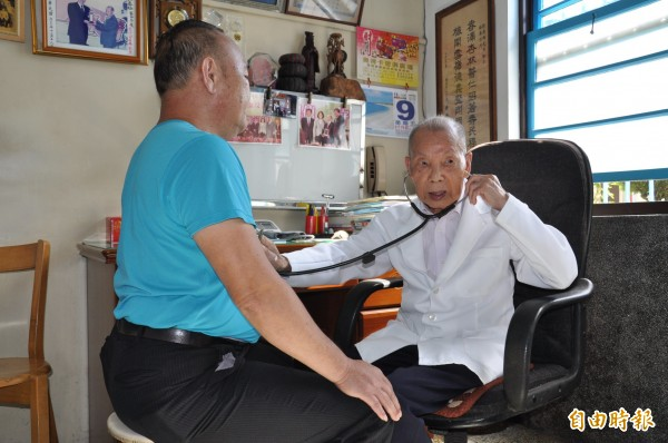 苗栗縣公館鄉福基診所的老醫師謝春梅(右),今年已高齡97歲,仍替人看病,堪稱是全台最年長的執業醫師。(記者彭健禮攝)