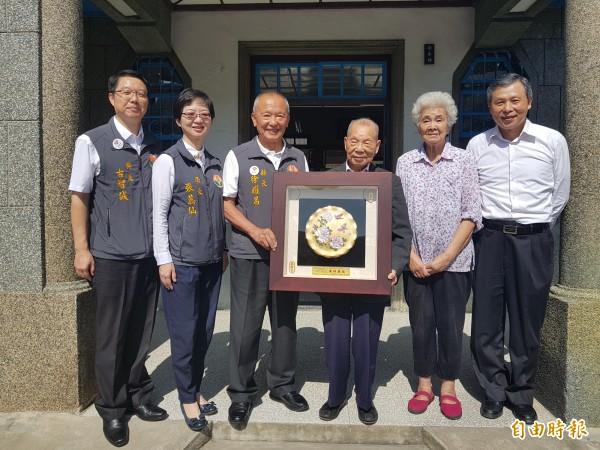 苗栗縣長徐耀昌(左3)今天到福基診所向老醫師謝春梅(右3)致賀。(記者彭健禮攝)